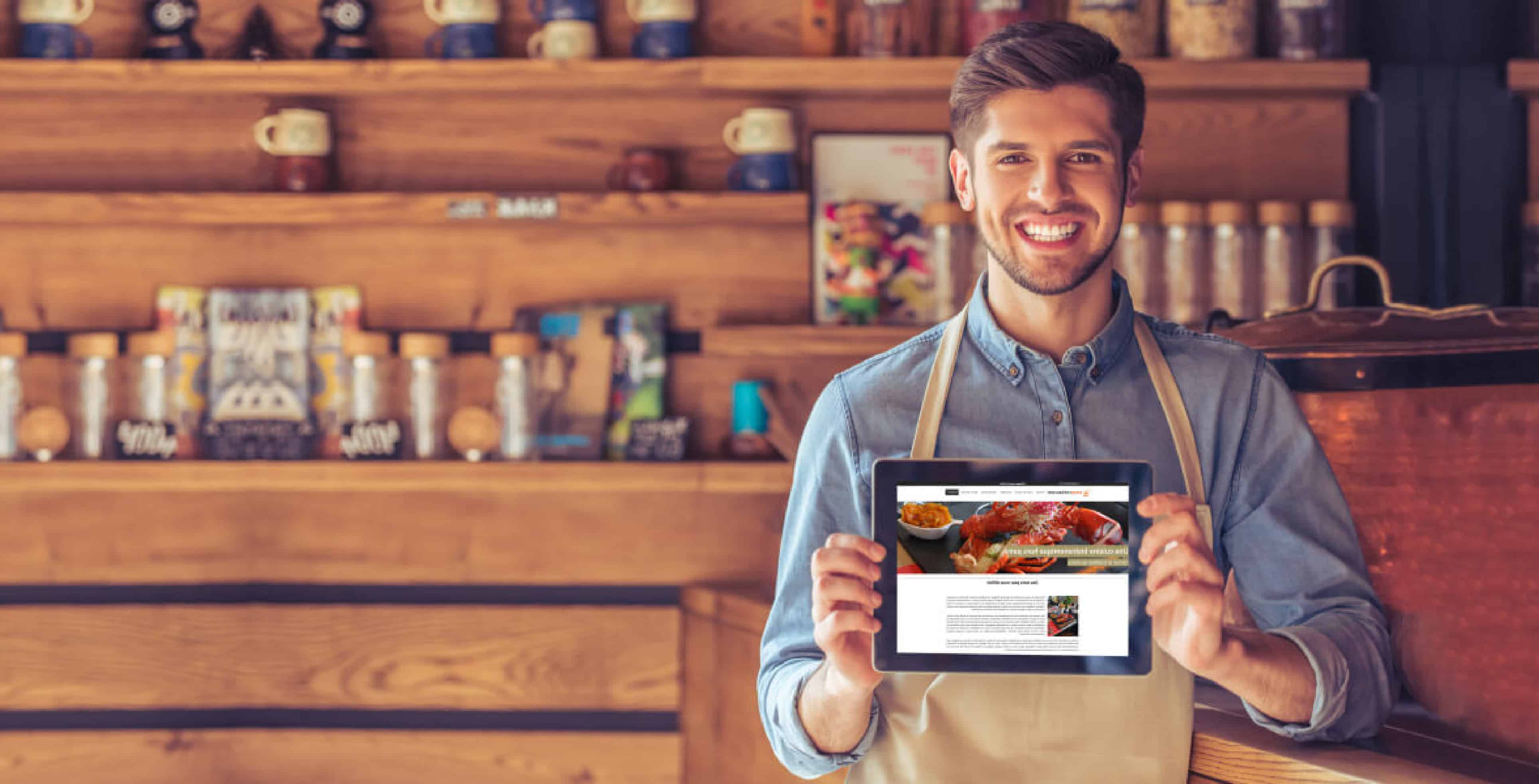 Serveur de restaurant utilsant easy restaurant sur sa tablette